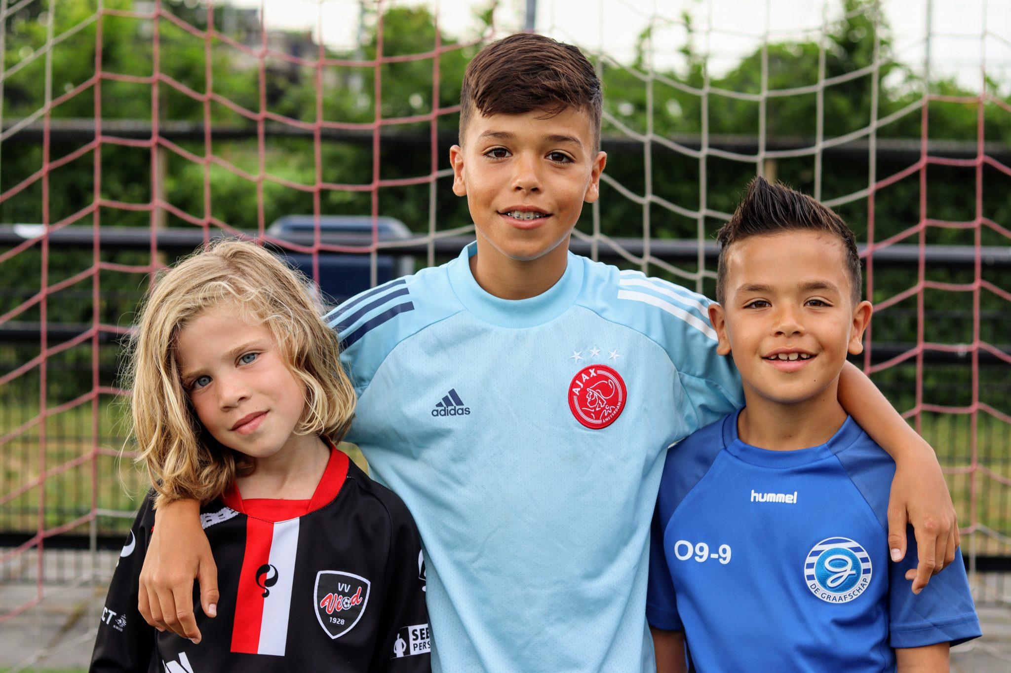 Musa (12), Ensar (8) en Arif (6) Tanir van de HMQ Cup naar De Graafschap en Ajax